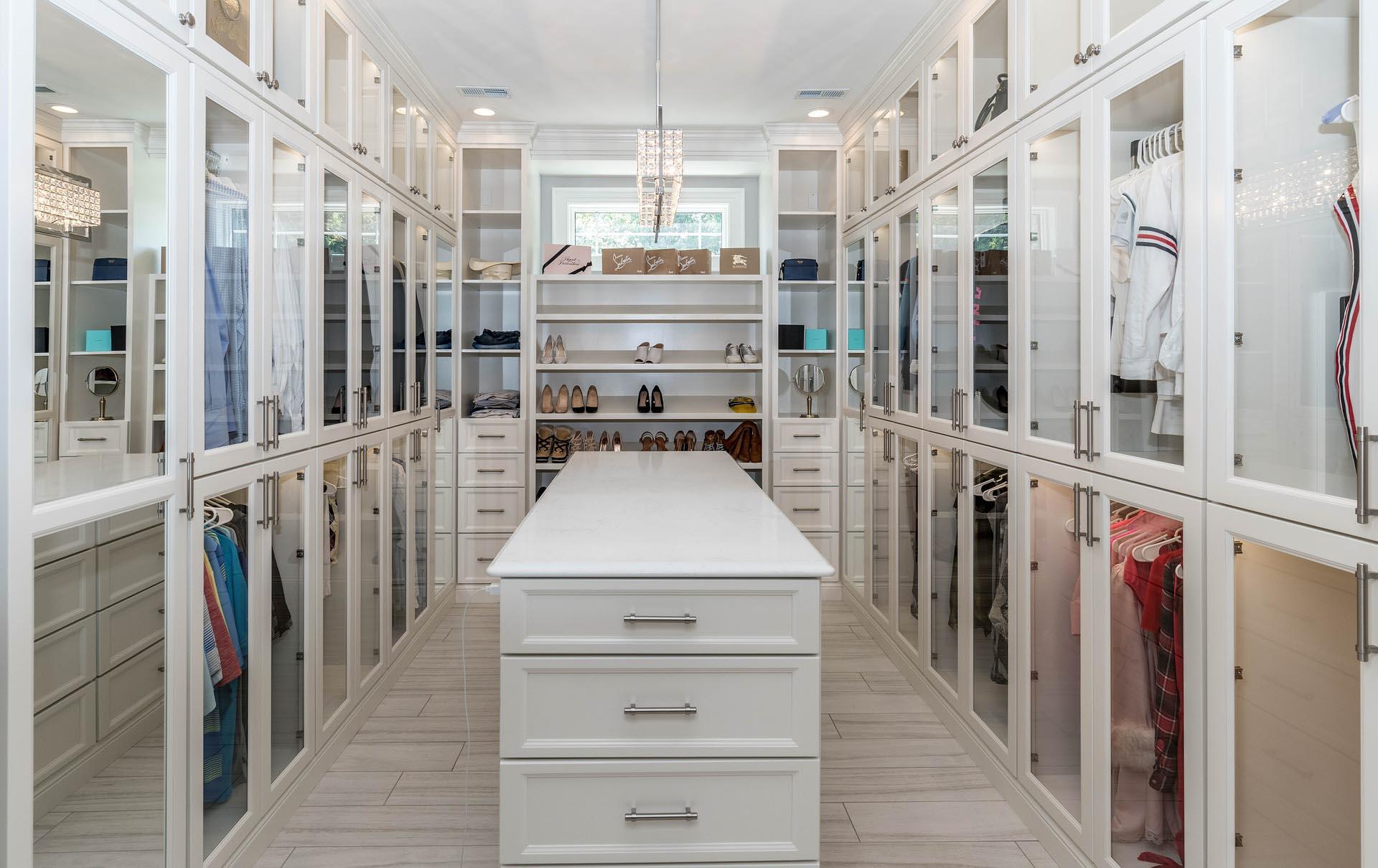 Como ter um closet bonito, eficiente e cheio de estilo