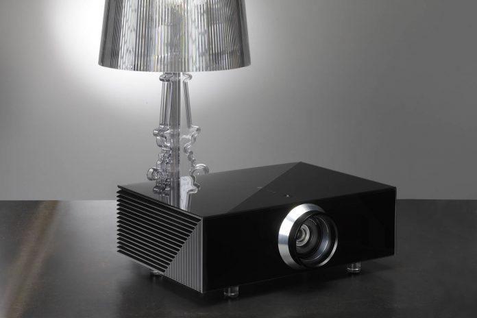 Da SIM2, o projetor é distribuído pela Som Maior
