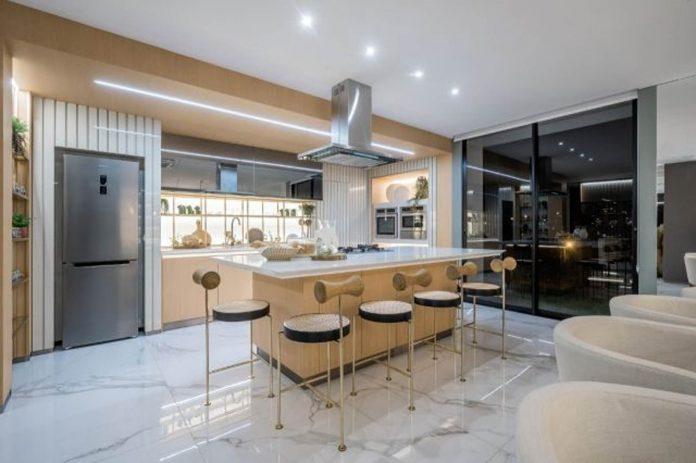 No estilo contemporâneo mobiliário da Simonetto é ideal para área gourmet